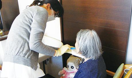 誤嚥性肺炎など生命にも関わるリスクの高さ 高齢者の歯科治療や口腔ケアの重要性