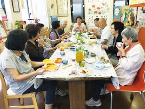お昼はお弁当持参で楽しい食事会