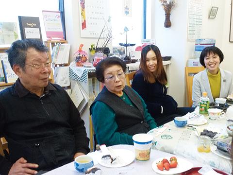認知症カフェを視察する台湾の人たちと