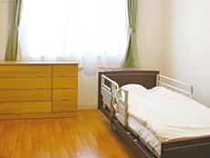 ベッド、トイレ、家具付きの居室は眺望も◎