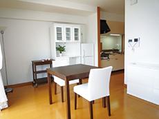 部屋には料理もできる広いキッチン付き