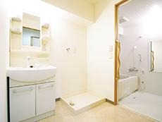 車椅子でも利用できる洗面・バス・トイレも完備