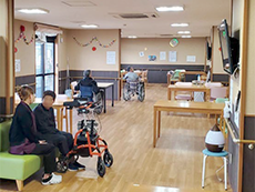 広くて明るい食堂。くつろげる空間なので、談話などで利用する入居者も