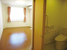 バリアフリーでトイレと洗面台も完備