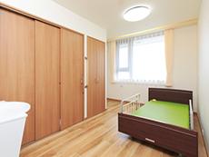 居室は充実した設備とすっきりとした間取りと広さ。壁紙にアクセントも