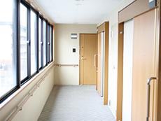 エレベーターを降りて部屋までの内廊下には窓があるので、寒さも気になりません。雨が降り込む心配もなし
