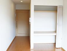 明るい居室には押し入れ、トイレ、エアコンを完備