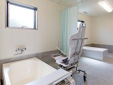 明るく清潔感のある浴室。機械浴も完備され安心して入浴ができます