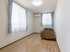 介護ベッド、エアコン、照明、カーテン付きのゆとりある部屋を用意