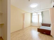 収納棚も設置され清潔感のある居室