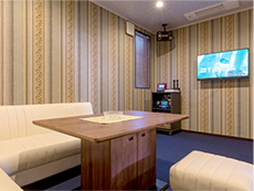 カラオケルームでは業務用通信カラオケDAMを採用