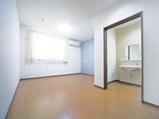 トイレと洗面台付きの清潔感ある居室
