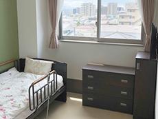 エアコン、テレビ、家具付きで明るい居室