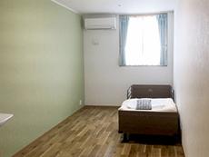 優しい色調の壁と木の風合いが安らぐ部屋