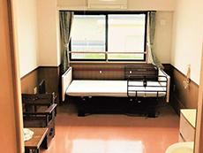 バリアフリーの居室。家具はイメージ