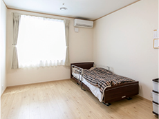 約8畳ある個室。介護ベッド、冷暖房完備