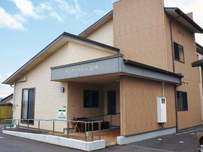 県道沿いの市立龍田小学校のお隣