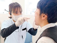 口腔ケアなど言語聴覚士による摂食・嚥下療法による肺炎予防を行う