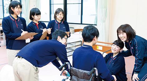 校内での車椅子介護実習の様子